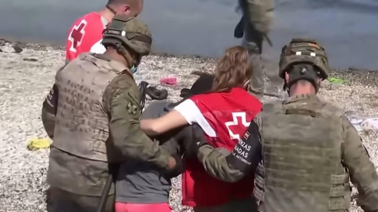 migrante abbraccio volontaria