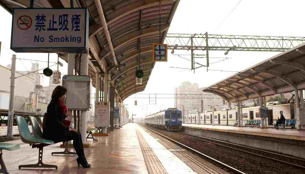 Treno fermata Giappone