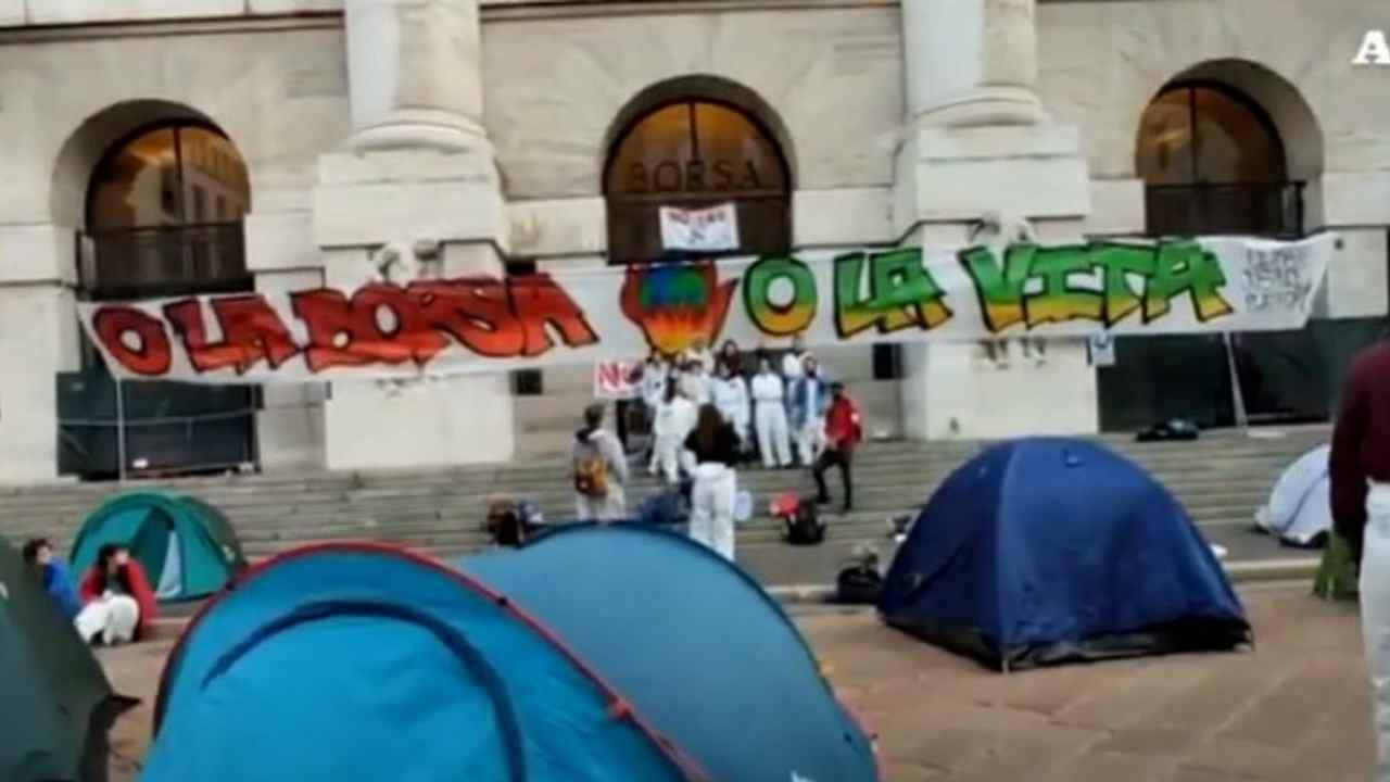 Piazza Affari protesta clima